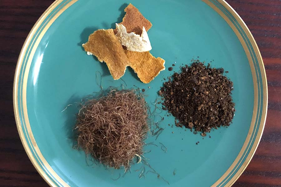 上から時計回りに。陳皮、はとむぎ茶、トウモロコシのひげ【写真:村上華子】