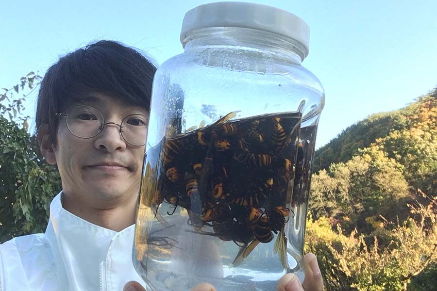 「スズメバチ大好き芸人」丸沢丸さんに聞いた【写真提供:講談社】