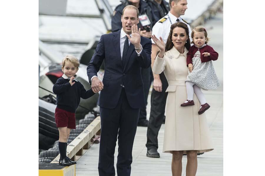 ウイリアム王子と手をつなぐジョージ王子【写真提供:BANG SHOWBIZ】