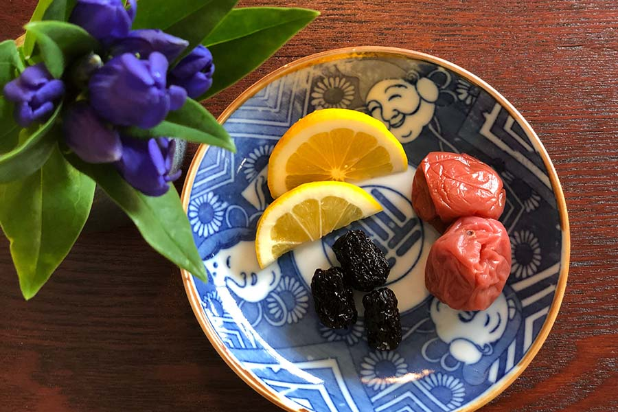 なつめと水を一緒に煮出し、梅干しやレモンをプラス【写真:村上華子】