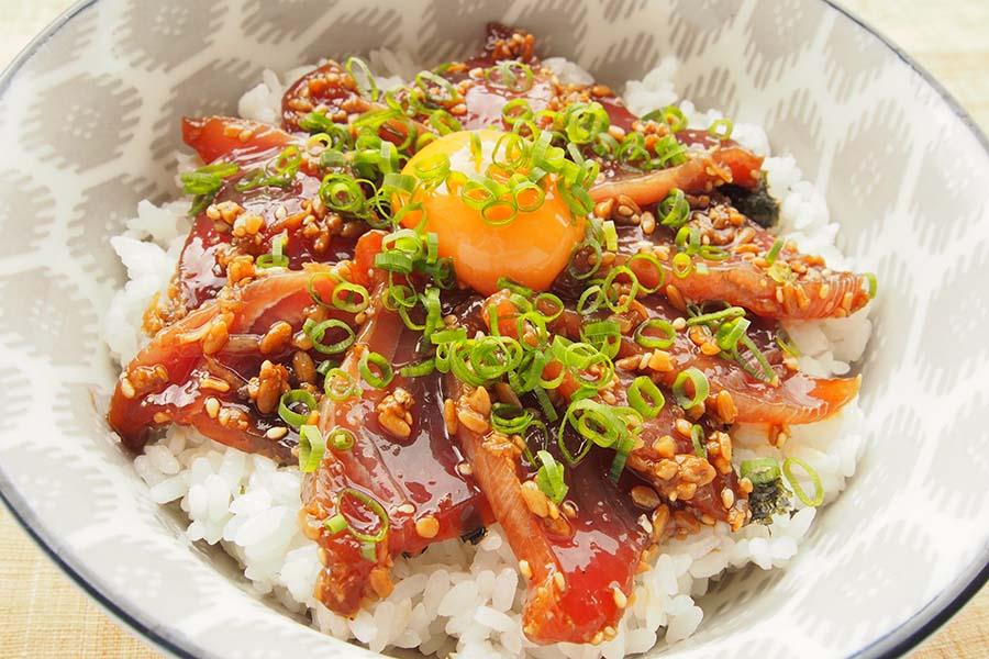 カツオのスタミナ丼はしょうゆ麹でうまみ倍増【写真:市川千佐子】