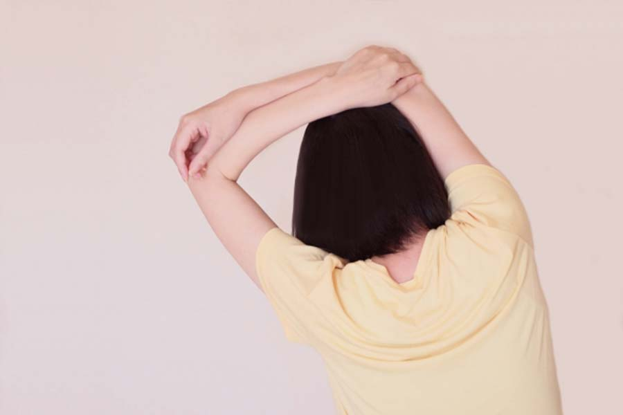 肩甲骨まわりを意識【写真:写真AC】