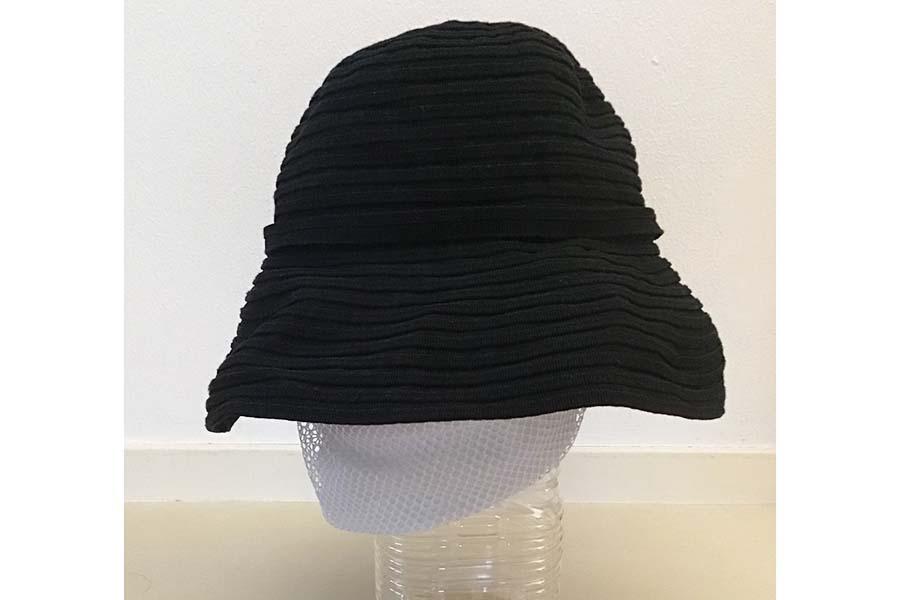 帽子に洗濯ネットを詰めて形を整えて干す【写真:Hint-Pot編集部】