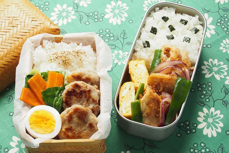 レンコンのミニバーグ弁当(左)とメカジキの焼き漬け弁当。作り置きしておけばラク【写真:市川千佐子】