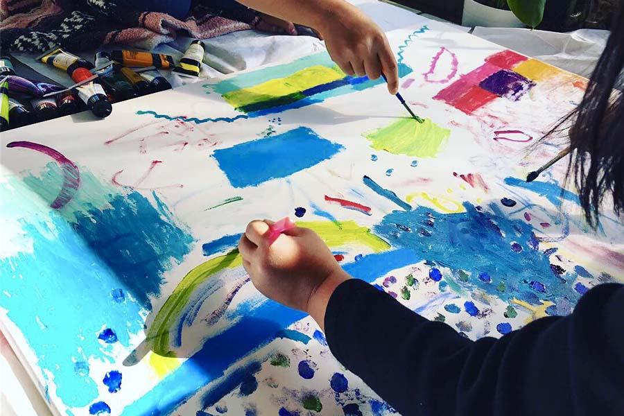 お絵描きを楽しむ娘達。使う絵の具はパステルや油絵用。思い思いに描いていきます【写真:小田島勢子】