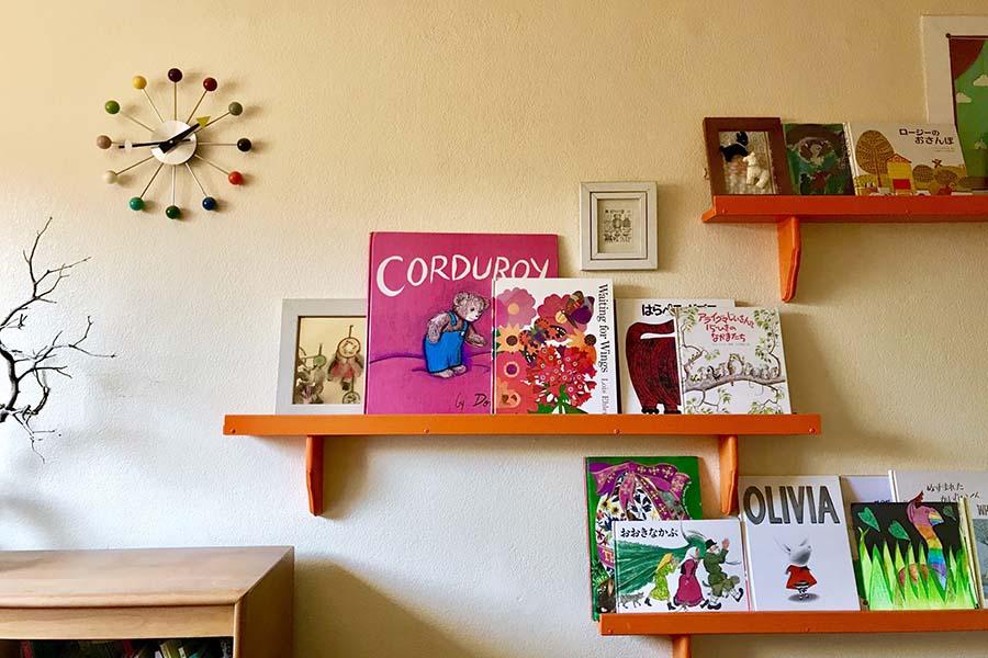 子ども部屋にある飾り棚。絵本はデザインや版型にバリエーションがあるため、並べるだけでサマになる【写真:小田島勢子】