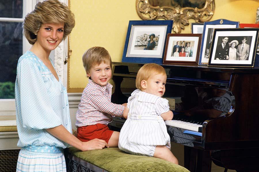故ダイアナ元妃と幼き日のウイリアム王子とヘンリー王子【写真:Getty Images】