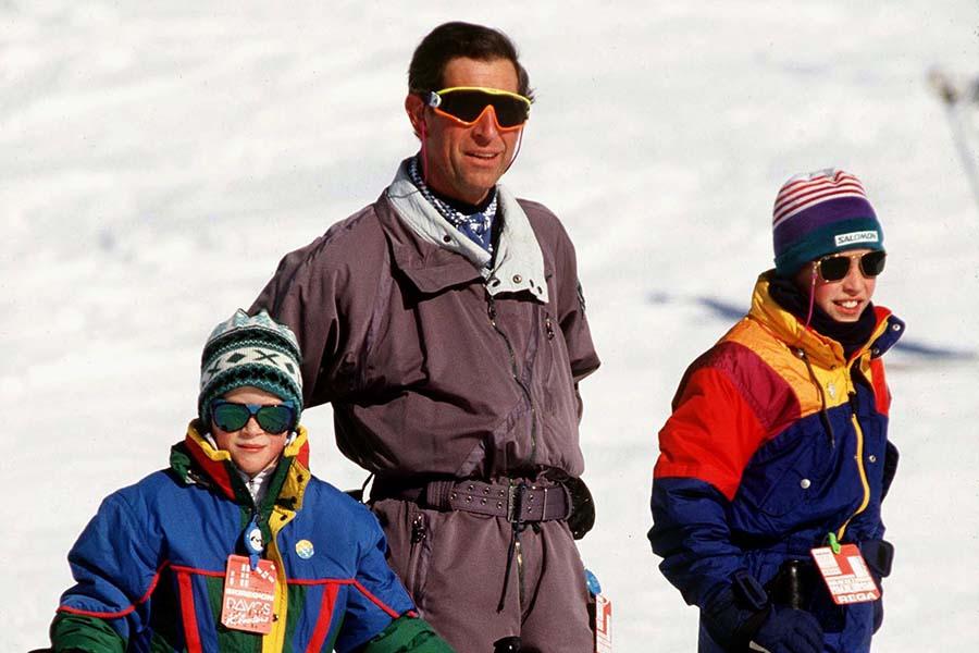 スキー休暇を楽しむチャールズ皇太子と幼き日のウイリアム王子、ヘンリー王子【写真:Getty Images】