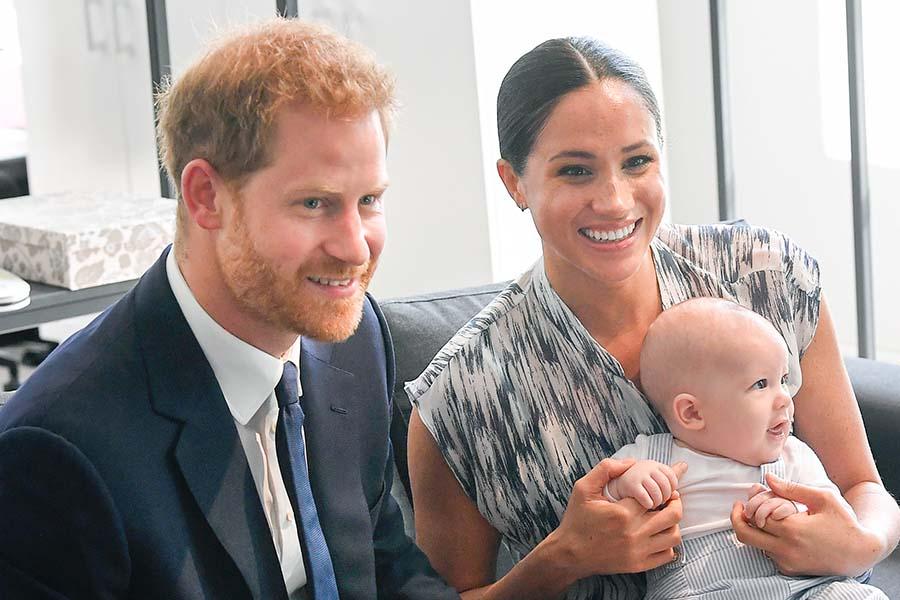 ヘンリー王子と、アーチーくんを抱くメーガン妃【写真:Getty Images】