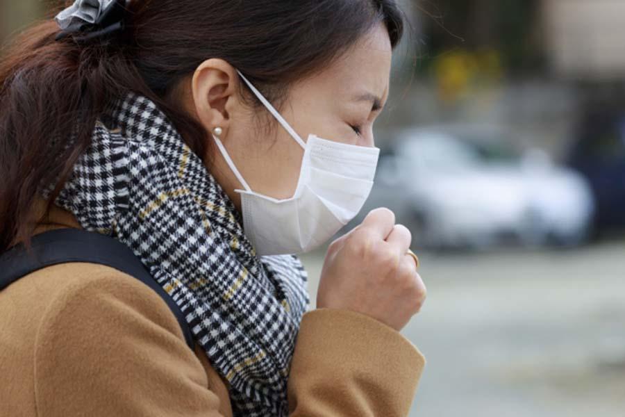 マスクをして咳込む女性(写真はイメージです)【写真:写真AC】