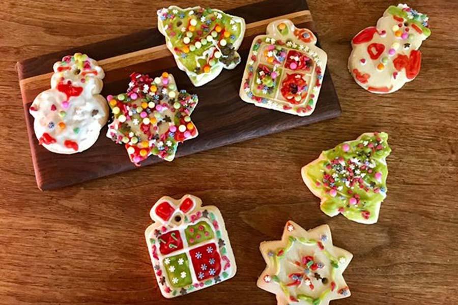 天然素材の着色料が使われたアイシングクッキー。お口も見た目も大満足の仕上がり【写真:小田島勢子】