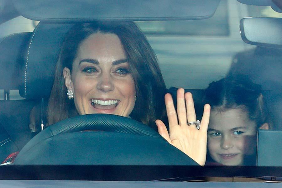自ら運転するキャサリン妃と後部座席のシャーロット王女【写真:Getty Images】