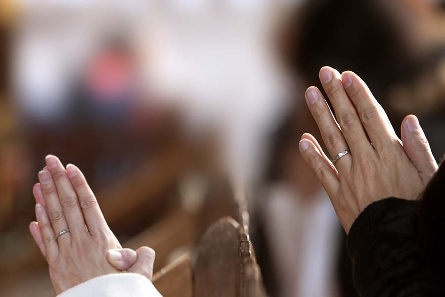 見知らぬ女性と参拝する夫(写真はイメージです)【写真:写真AC】