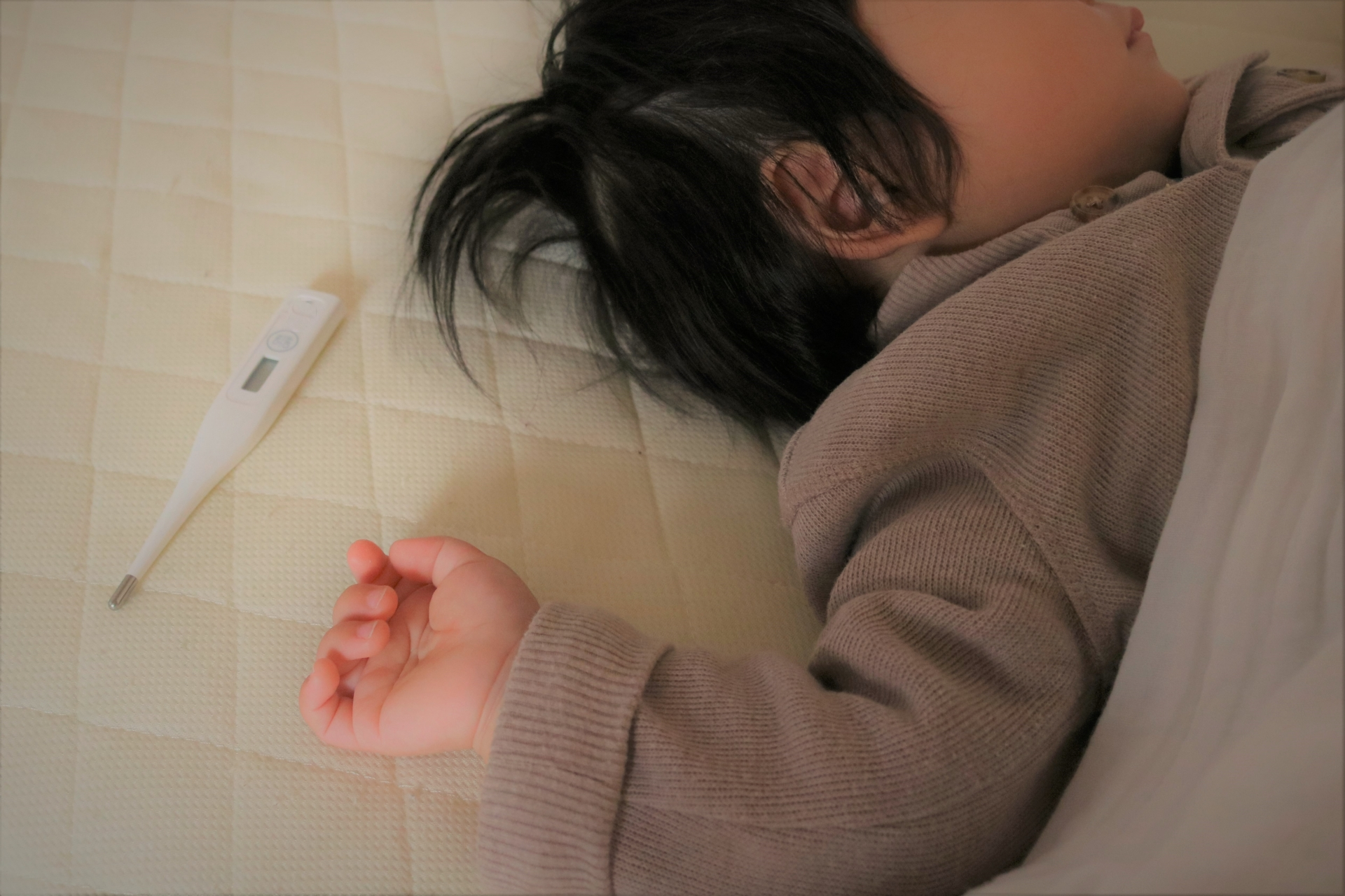 体温計と子ども(写真はイメージです)【写真:写真AC】