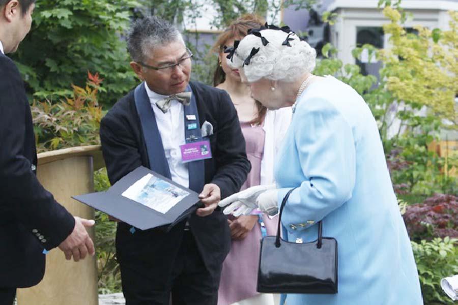 石原和幸さんの説明をエリザベス女王が熱心に聞く様子【写真提供:石原和幸デザイン研究所】