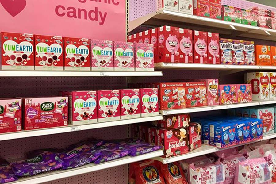 日用雑貨屋さんの様子。バレンタインデーに送るお菓子などが並ぶ【写真:小田島勢子】