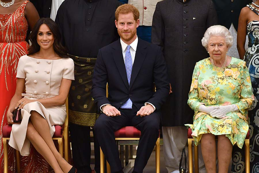 エリザベス女王とヘンリー王子とメーガン妃【写真:Getty Images】