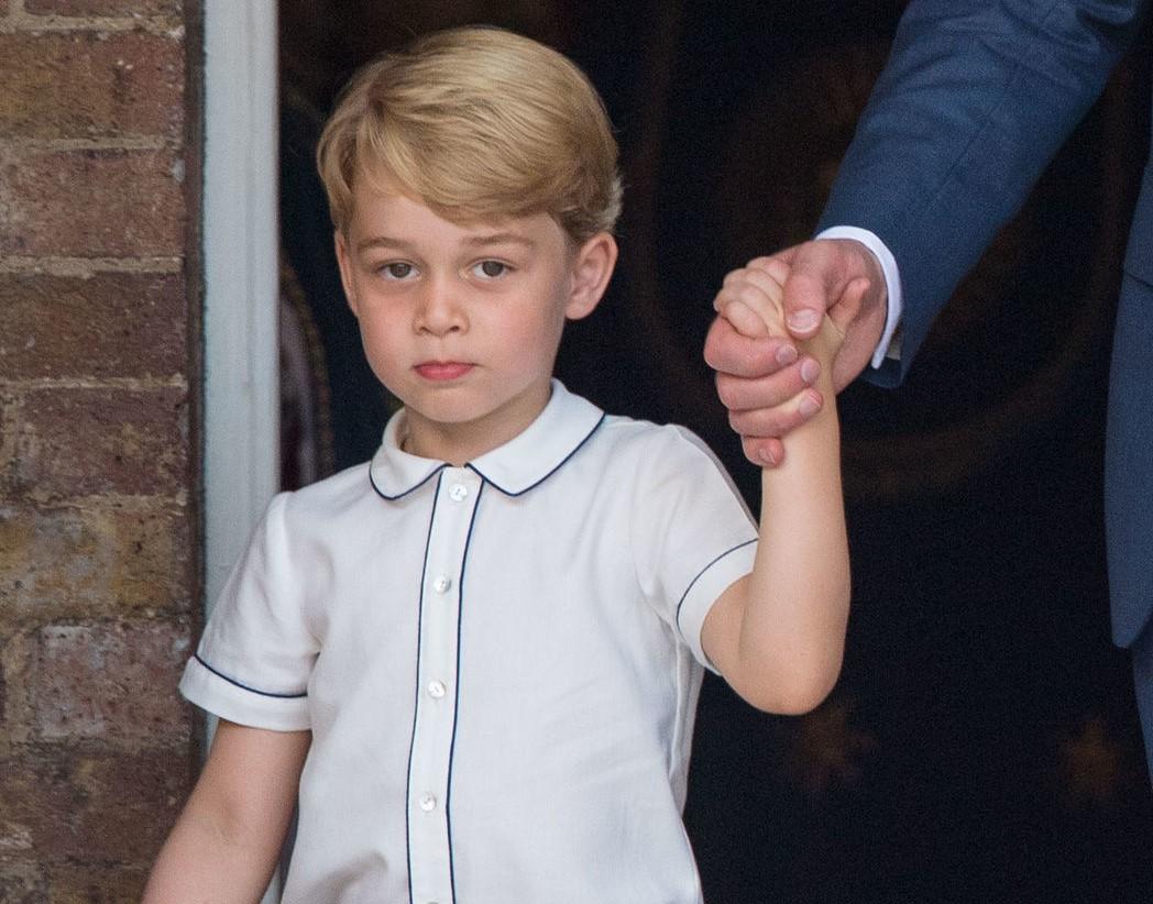 ルイ王子の洗礼式でパイピングシャツを着るジョージ王子【写真:Getty Images】