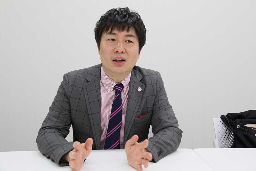 同性パートナーとの挙式を公表した弁護士の南和行さん【写真:中野裕子】