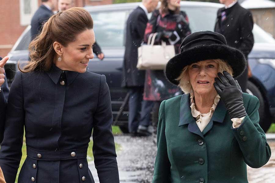 公務中に談笑するキャサリン妃とカミラ夫人【写真:Getty Images】