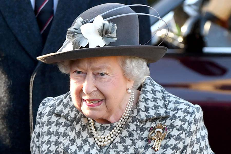 真珠の3連ネックレスを身に着けるエリザベス女王【写真:Getty Images】