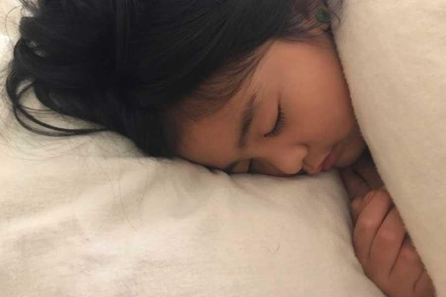 """枕の下に抜けた乳歯を入れて眠るとやってくると言われる、米国の言い伝え""""トゥース・フェアリー""""を待つ娘【写真:小田島勢子】"""