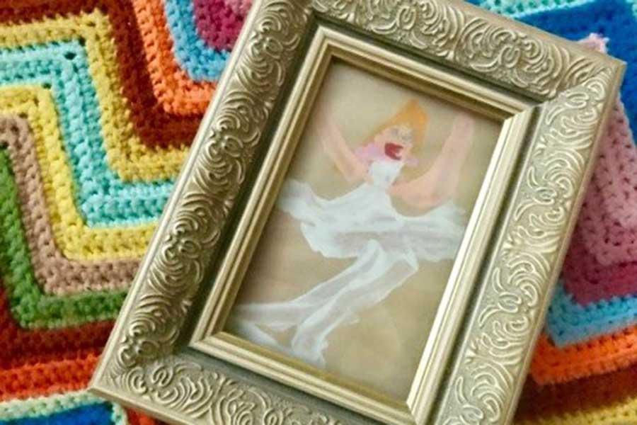 """次女が描いた白のドレスを着た""""トゥース・フェアリー""""の絵【写真:小田島勢子】"""