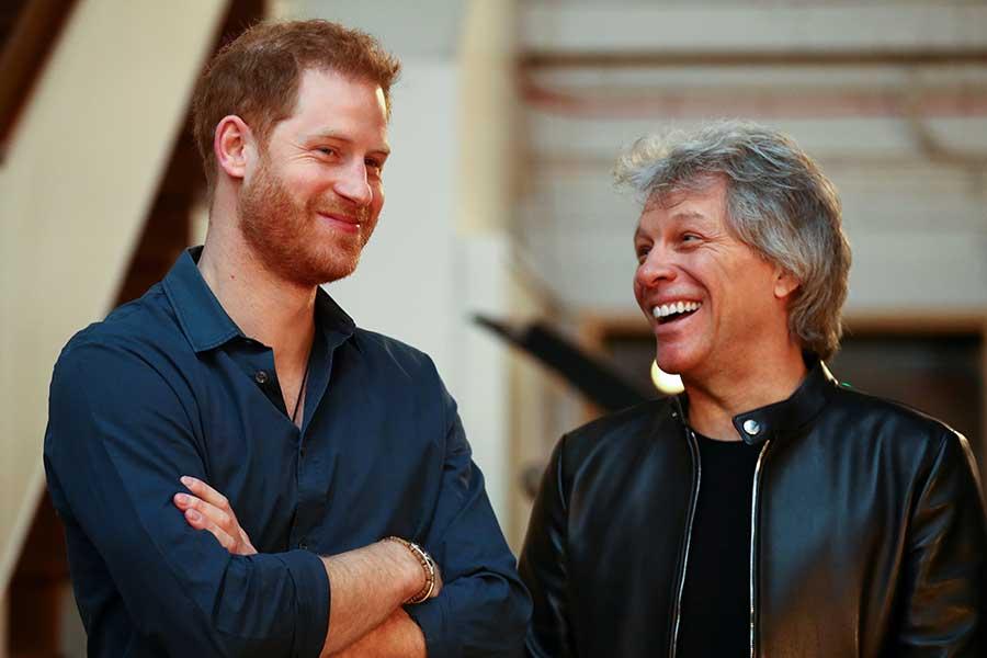 談笑するヘンリー王子とジョン・ボン・ジョヴィ【写真:Getty Images】