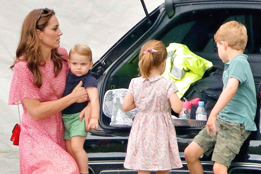 ルイ王子を抱っこするキャサリン妃とシャーロット王女、ジョージ王子【写真:Getty Images】