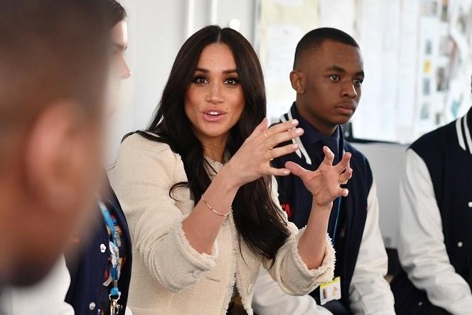 学生たちと交流するメーガン妃【写真:Getty Images】
