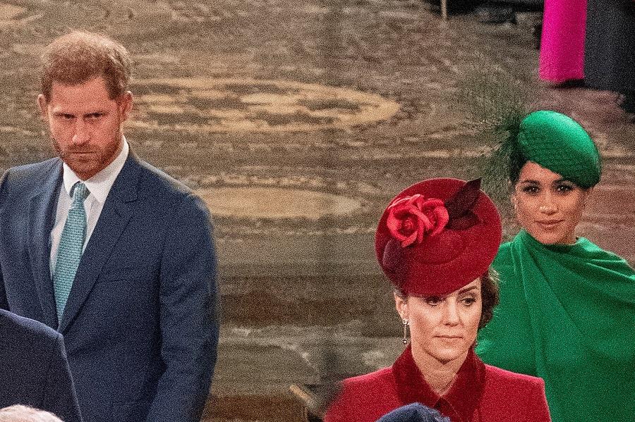 """最後の公務では感傷的で""""硬い表情""""のヘンリー王子とは対照的に、メーガン妃は笑みを絶やさず「安堵」しているかのようにも見える【写真:Getty Images】"""