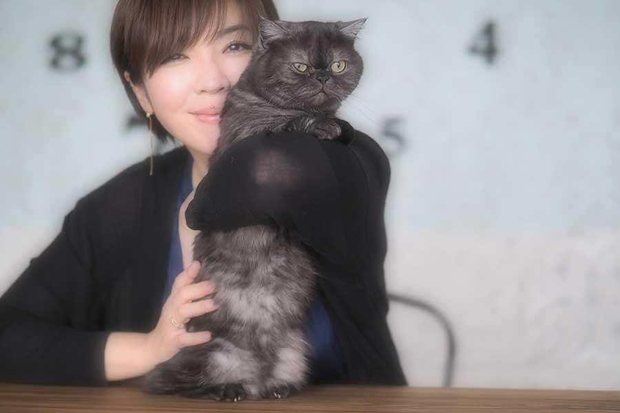 岡本さんと飼い猫の「こしあん」くん【写真提供:岡本真夜さん】