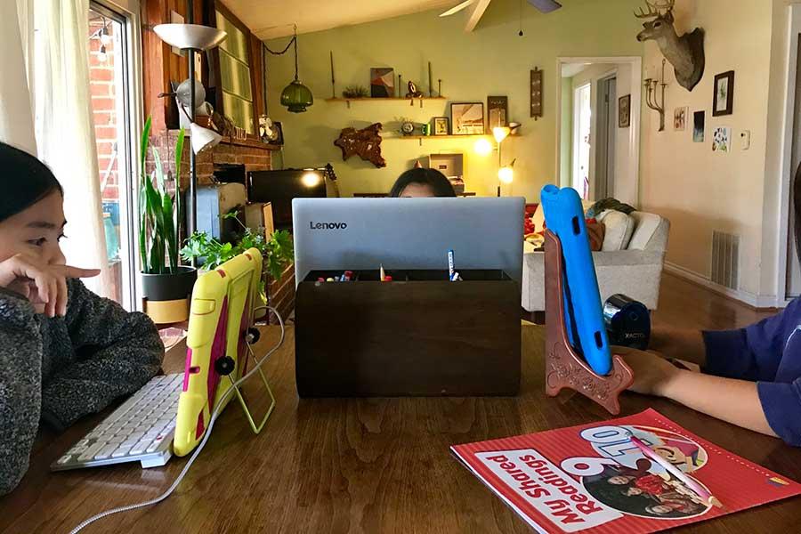 リビングでインターネットを使って、自宅学習をする娘たち【写真:小田島勢子】