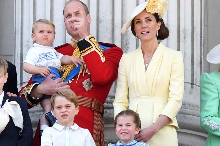 ジョージ王子とシャーロット王女の姿も。バッキンガム宮殿のバルコニーに立つウイリアム王子一家【写真:Getty Images】