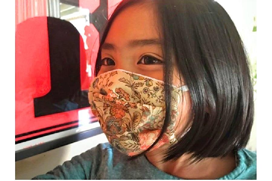 """ある日の""""かーちゃん学習""""で裁縫した手作り布マスクをつける長女【写真:小田島勢子】"""