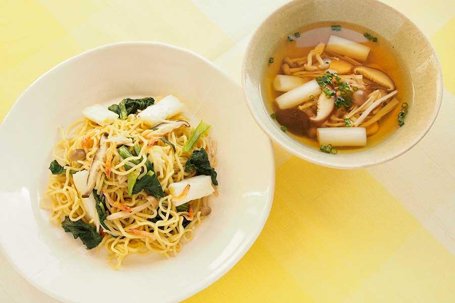 塩焼きそばとスープ【写真:市川千佐子】