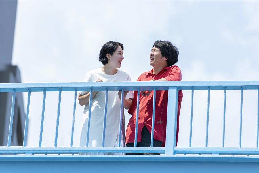仲睦まじい犬山紙子さんと夫の劔樹人さん【写真提供:扶桑社】