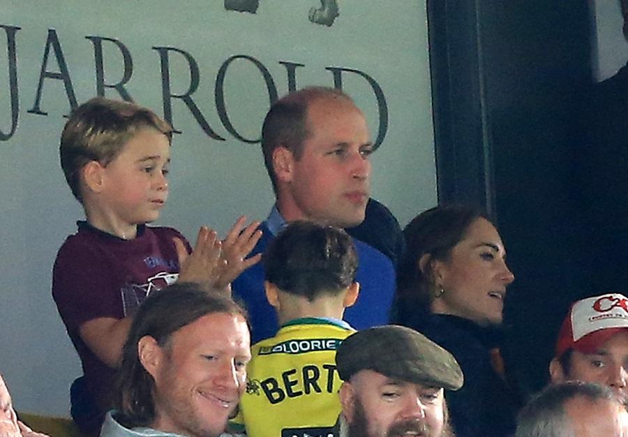 サッカーの試合を初観戦するジョージ王子、ウイリアム王子、キャサリン妃【写真:Getty Images】