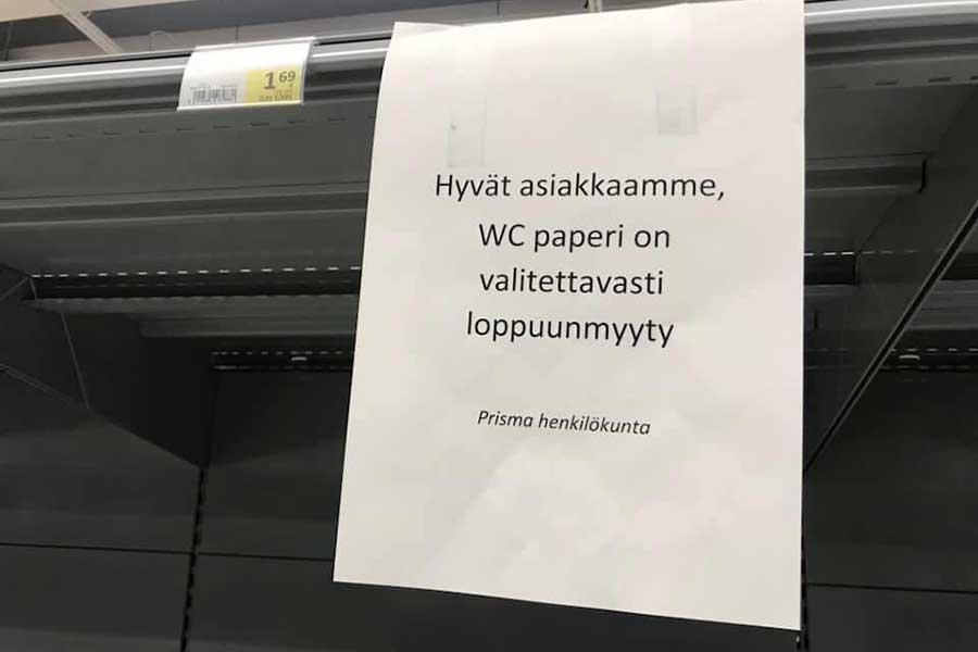 空っぽになったヘルシンキのスーパーマーケットのトイレットペーパー売り場。張り紙には「お客様各位 誠に残念ですがトイレットペーパーは品切れです」と書かれている【写真:吉田実】