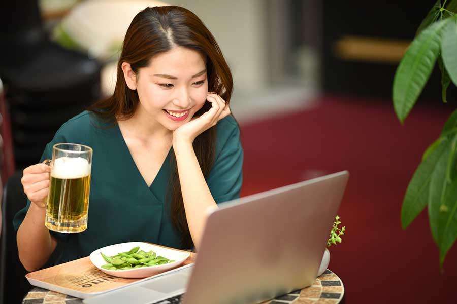 オンライン飲み会でせっかくの再会も、コロナ禍は人間関係にも及ぶ?(写真はイメージ)【写真:写真AC】
