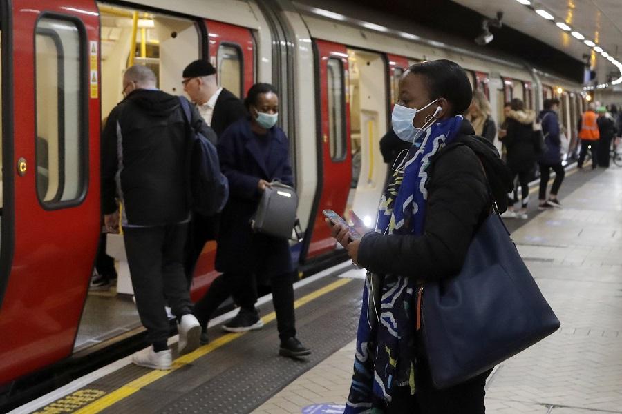 5月12日、ロンドン地下鉄の様子 マスクをしてる人、していない人がいる【写真:AP】