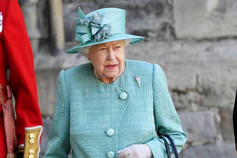 鮮やかなターコイズブルーの装いで姿を見せたエリザベス女王【写真:AP】
