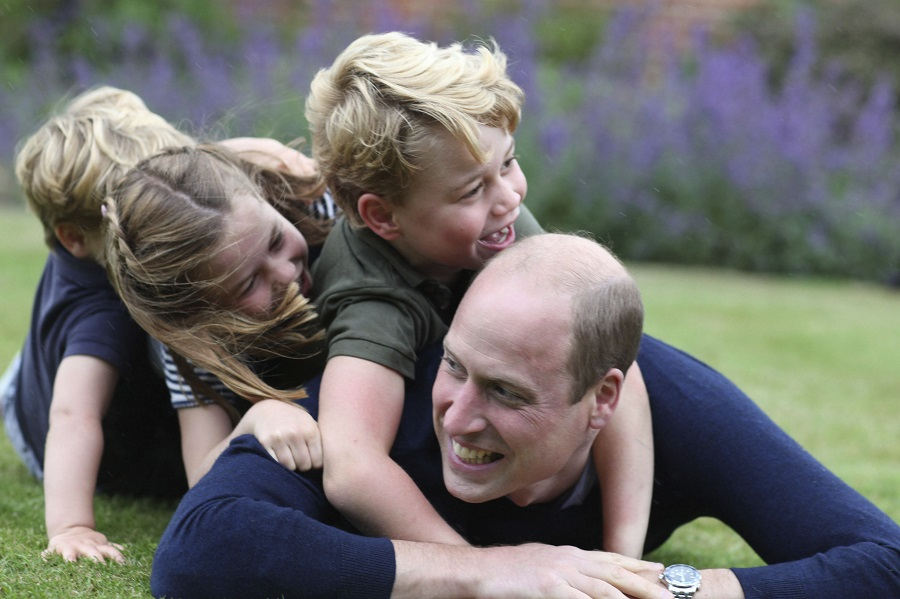 キャサリン妃が撮影したウイリアム王子と子どもたちの写真【写真:AP】