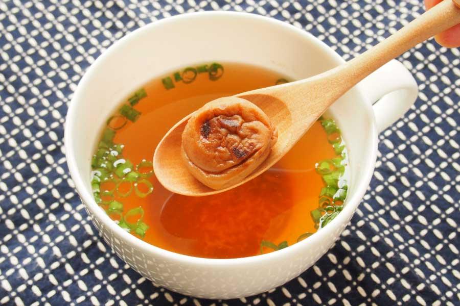 焼き梅干しの即席スープ【写真:市川千佐子】
