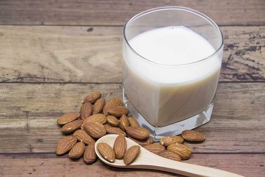注目度が上がっている「アーモンドミルク」でいつもの料理をアレンジ(写真はイメージ)【写真:写真AC】