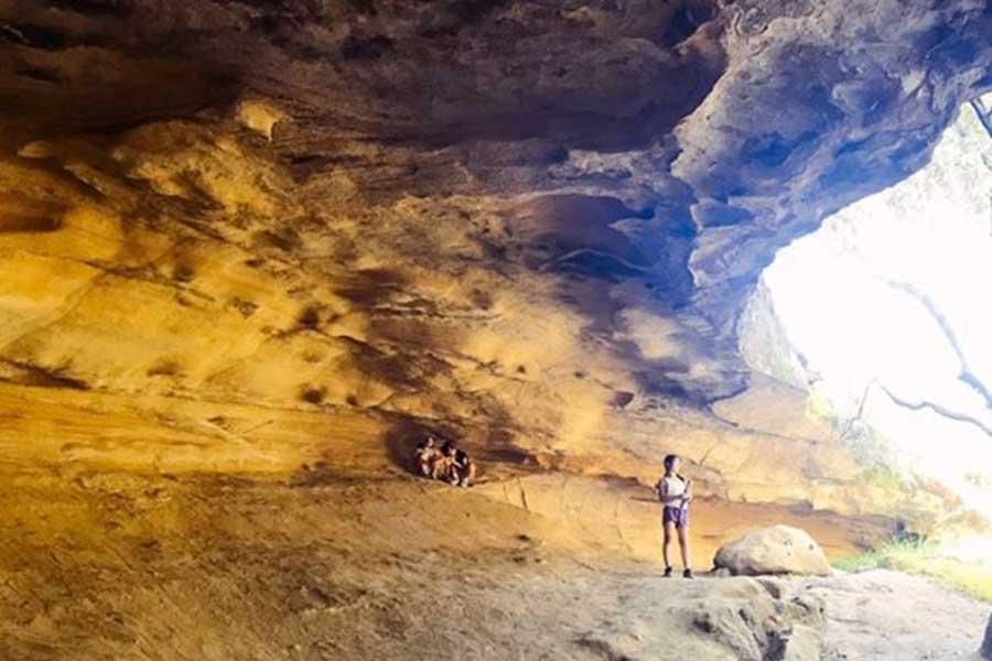 近くにある郡立公園の洞窟。お互いに距離を保つよう気を付け合い、トレイルを楽しむ【写真:小田島勢子】