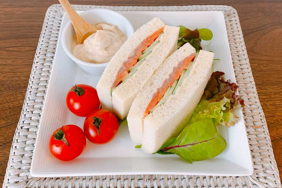 サーモンとキュウリのサンドイッチ【写真提供:豊田愛魅】