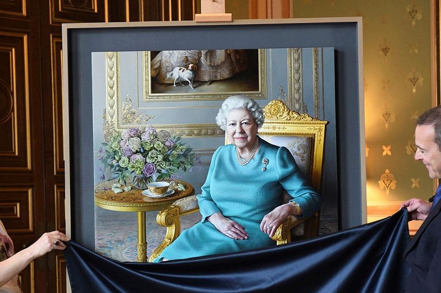 公開されたエリザベス女王の新しい肖像画【写真:AP】