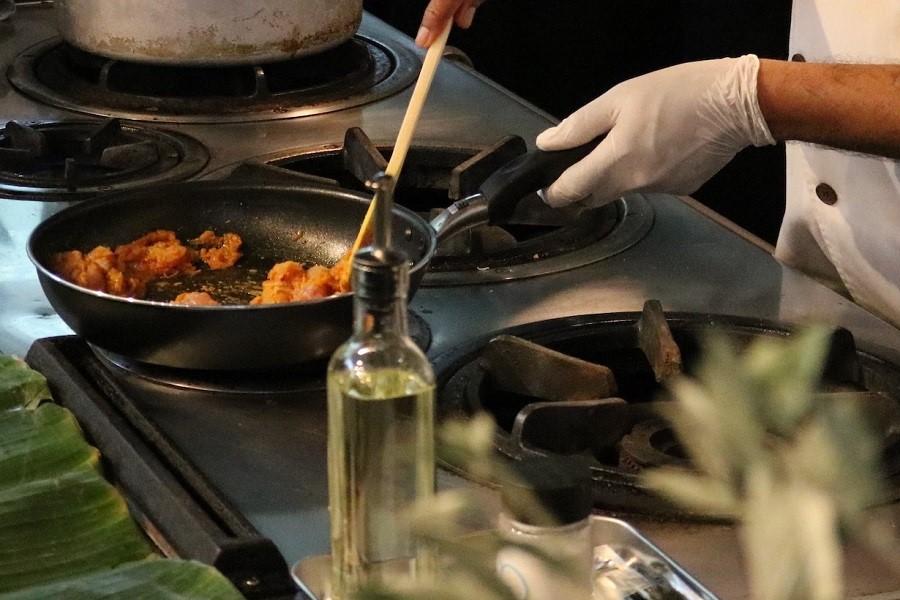 実際にスパイスを炒めてカレーを作る様子【写真:ビープル バイ コスメキッチン】