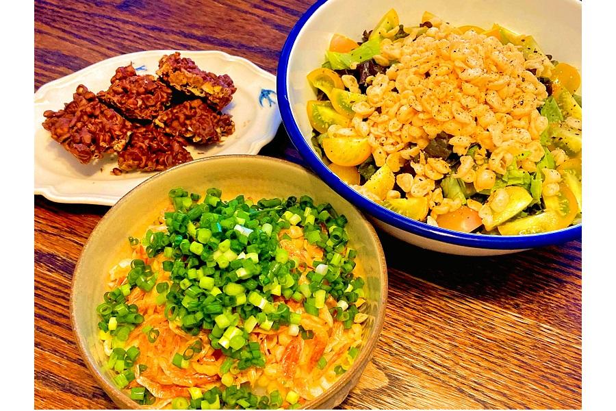 手前が「ぽんかす丼」、右上が「揚げ玉カリカリサラダ」、左上が「揚げ玉チョコバー」【写真:和栗恵】